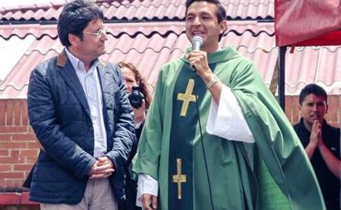 El Padre Chucho aprovechó la congregación de los fieles en Ciudad Kennedy para hablar del candidato a la alcaldía de Bogotá Francisco Santos del Centro Democrático. Fotos Facebook Soloelecciones.com La […]