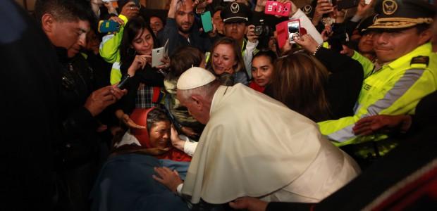 El Papa Francisco rompió el protocolo para salir de la Nunciatura y poder atender a una mujer enferma que le esperaba para recibir su bendición.  Quito El papa Francisco […]