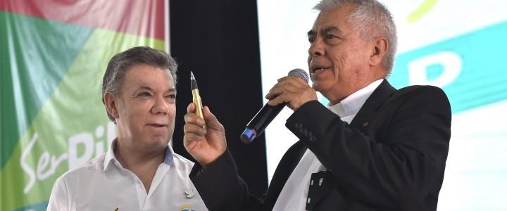 El Presidente Juan Manuel Santos obsequió al Rector de la Universidad Pontificia Bolivariana de Medellín, presbítero Julio Jairo Ceballos, el 'balígrafo', una bala convertida en bolígrafo, como símbolo de la […]
