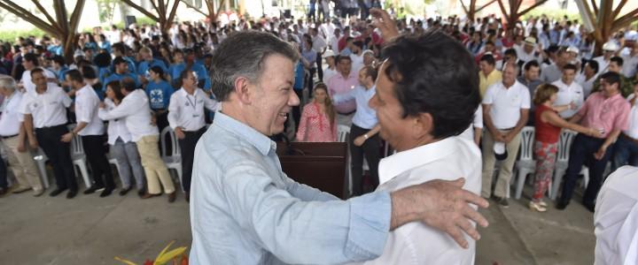 El Presidente Juan Manuel Santos le dio el abrazo de la paz a Roberto Sáenz, hermano del líder de las FARC, Guillermo León Sáenz, conocido como 'Alfonso Cano', en Villeta, […]