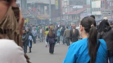 En las calles del centro el humo del incendio forestal de San Crístóbal afecta a los peatones  El Cuerpo Oficial de Bomberos cumple una intensa actividad para lograr apagar […]