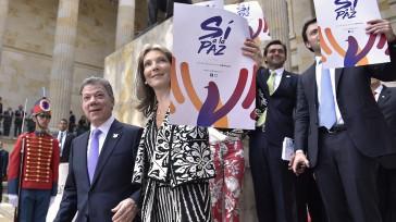 Satisfecho por el unánime apoyo del Congreso a «Sí a la Paz», el Presidente Juan Manuel Santos y su familia salen del Congreso, con pancartas, tal como lo viene haciendo […]