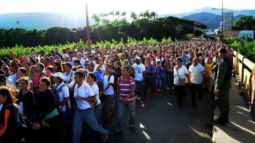 """Varias personas caminan por el puente fronterizo """"Simón Bolívar» entre Colombia y Venezuela, , en la ciudad de San Antonio del Táchira (Venezuela). EFE/GABRIEL BARRERA EFE EFE  Venezolanos cruzaban […]"""