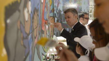 El Presidente Santos le da los últimos toques a una pintura alusiva al concurso del Ministerio de Educación Pinta una Colombia en paz, lanzado en la Casa de Nariño.  […]