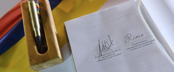 El presidente Juan Manuel Santos y Rodrigo Londoño Echeverri, máximo líder de la guerrilla de las Fuerzas Armas Revolucionarias de Colombia (FARC) no sólo se dieron un apretón de manos, […]