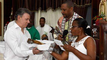 El Presidente Santos recibió de manos de Rosa de las Nieves, líder de las víctimas, una réplica del Cristo mutilado de Bojayá, donde asistió a misa oficiada por el padre […]