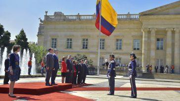 Los Presidentes de Colombia y Francia son informados por el Comandante del Batallón Guardia Presidencial sobre la disposición de las tropas para que se les pase revista.    […]
