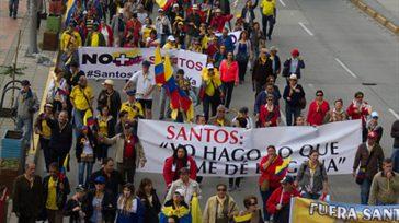 Unos cuantos despistados asistieron a la convocatoria realizada por la ultraderecha colombiana, contra la corrupción, cuando muchos de sus militantes es encuentran condenados, prófugos y presos por corruptos.   […]