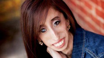 Muchos la conocen como la mujer más fea del mundo pero la verdad es que desde que Lizzie Velasquez decidió contar su experiencia y convertir sus defectos físicos (su extrema […]