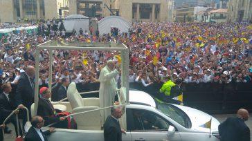 El Papa Francisco, saludando a los jóvenes latinoamericanos reunidos en la Plaza de Bolívar.       Con la presencia de más de 20.000 personas,«cachacos, paisas, costeños, […]