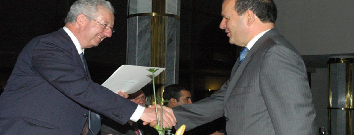 El Embajador Fernando Cardesa García, Jefe de la Delegación de de Unión Europea entrega al ecologista Gerney Ríos González, el Título de «Liderazgo Ambiental», por su trayectoria en la educación […]