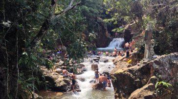 Un lugar hermoso de aguas transparentes y con una cascada de 5 metros de altura en medio de las montañas. Llegar allá requiere de unos buenos zapatos de montaña o […]