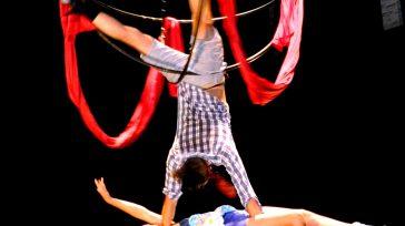Los personajes son capaces de realizar rutinas de actos circenses (acrobacia de piso, pulsadas, mástil chino, volante, telas, banquina, salto de cuerdas, esfera aérea, parada de mano y clown).  […]