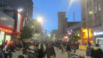 La invasión es total en la carrera séptima entre avenida Jimènez, los peatones han sido desplazados con la mirada complaciente de las autoridades distritales.       […]