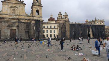 Las principales fachadas de las edificaciones en la plaza de Bolívar fueron cubiertas con mantos para evitar la pintura en las mismas.      Fotos y textos […]