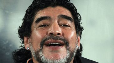 Armando Maradona.Esla historia del ídolo de pies de barro que se consume entre drogas líquidas -y sólidas- en un entorno tóxico. Carmen de Carlos Es la historia de nunca acabar. […]