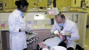 Naranjo explicó que esas bacterias que tenemos en la boca, que no generan ningún problema cuando limpiamos adecuadamente, por descuido en la higiene oral.  «Es evidentemente que una mala […]