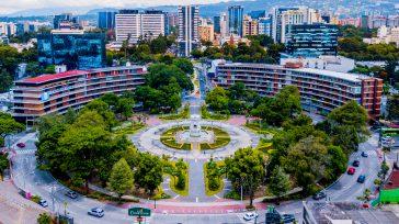 LaCiudad de Guatemalaes la ciudad más grande y cosmopolita de Centroamérica, y cuyo nombre oficial esNueva Guatemala de la Asunción; es considerada como la capitaly sede de los poderes gubernamentales […]