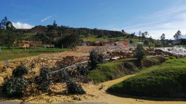Aspecto de la inundación de la carretera con lodo, agua y árboles   Una emergencia vial se presentó entre Villapinzón y Chocontá, deslizamiento de tierra y agua del desborde […]