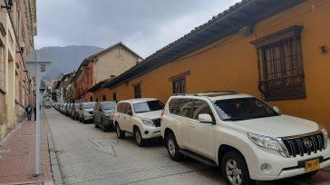 Vehículos de los congresistas estacionados encima del anden recién reconstruido.  Javier Sánchez Primicia Diario Cerca de 500 de camionetas 4 x 4 blindadas invaden la localidad histórica de La […]
