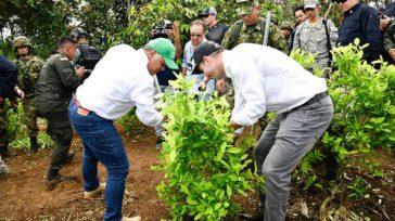 Duque ayudando a erradicar cultivos ilícitos, mientras que Estados Unidos califica de fracaso el «Plan Colombia».   Rafael Camargo Orbedatos  La Comisión Política de Drogasde la Cámara de […]