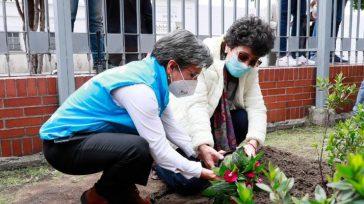 La alcaldesa de Bogotá Claudia López rindiendo homenaje a las 1400 víctimas que deja en la capital de la República la Covid-19.    Durante el acto de conmemoración […]