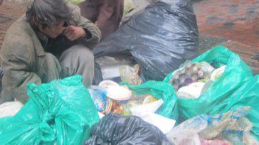 Niños en el centro de Bogotá cerca al palacio presidencial comiendo basura. Foto Primicia Diario.  Unos 931 millones de toneladas de alimentos, o 17% del total de alimentos disponibles […]