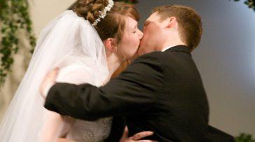Beso de matrimonio   Guillermo Romero Salamanca Hasta los besos los prohibió la pandemia que ya lleva un año azotando al mundo. Ahora toca con tapabocas. Mejor, ni eso. […]