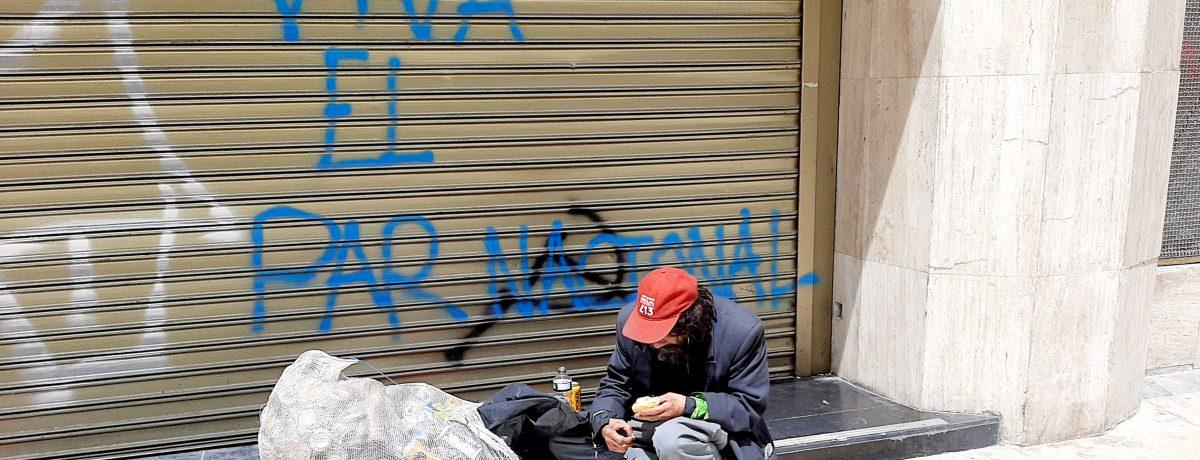 En las calles de las diversas ciudades de Colombia está imagen de la miseria se volvió repetitiva. La pandemia disparó los indices de indigencia.