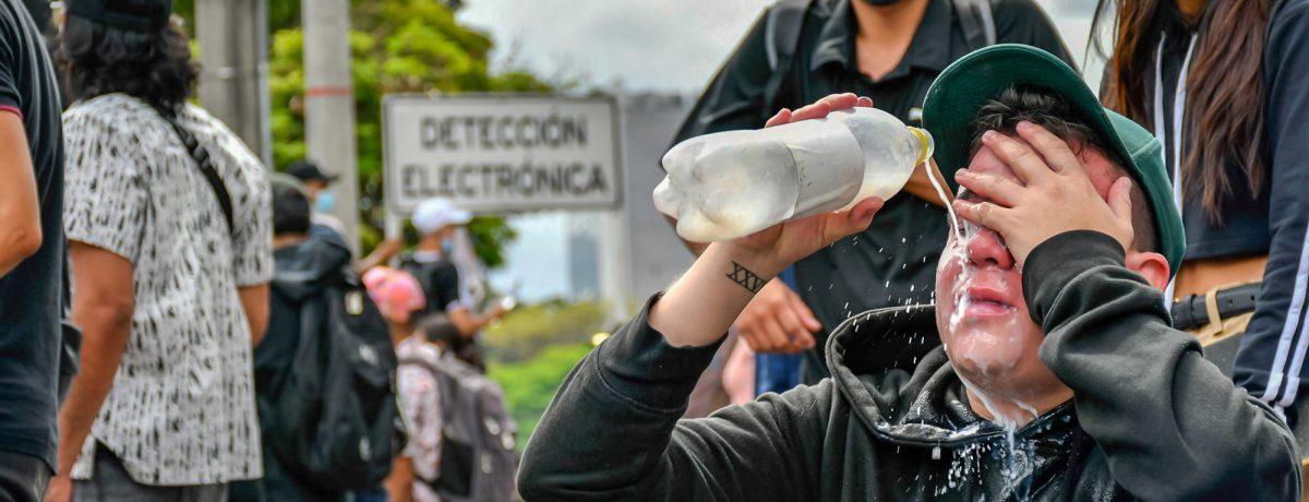 Los enfrentamientos entre las protestas y la policía sigue en todo el territorio colombiano. El Paro Nacional sigue adelante. El gobierno no toma la iniciativa para llegar a unos acuerdos.