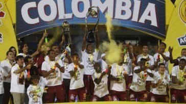 Tolima Campeón   Deportes Tolima luego de ir perdiendo 0 a 1 frente a Millonarios, terminó ganando 2 a 1 y se coronó campeón del fútbol colombiano. El 'Vinotinto […]