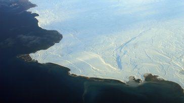 El hielo marino, que se muestra aquí en Nunavut(norte de Canadá), refleja más luz solar, mientras que el mar abierto absorbe más, acelerando el derretimiento.