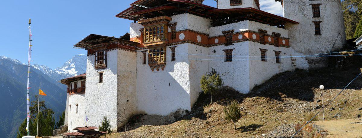Vista del dzongde Gasa, ejemplo de la arquitectura tradicional de Bután.   – Localización: Es un país del Asia central que tiene frontera con China y la India. – […]